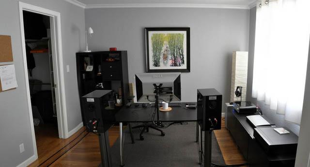 Dark color scheme workspace great for entertainment 640_wide