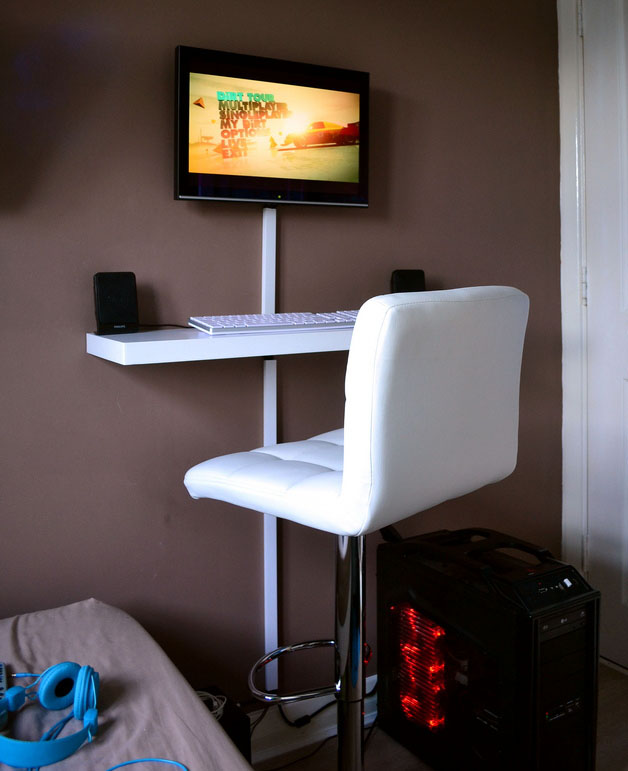 Tiny workspace with a clever small DIY computer desk « Pureinfotech