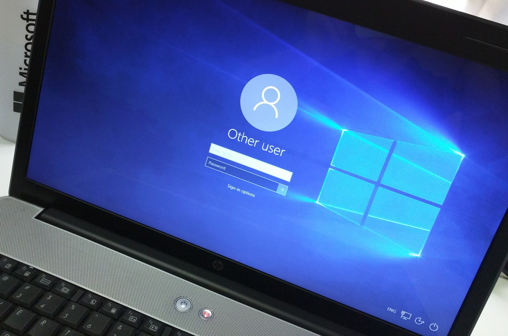 Don't show email address at the Lock screen in Windows 10
